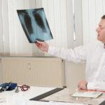 Dr. Feyder präsentiert ein Röntgenbild