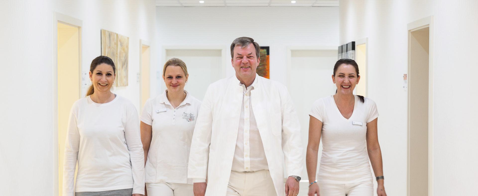 Dr-Feyder-und-Team-Flur