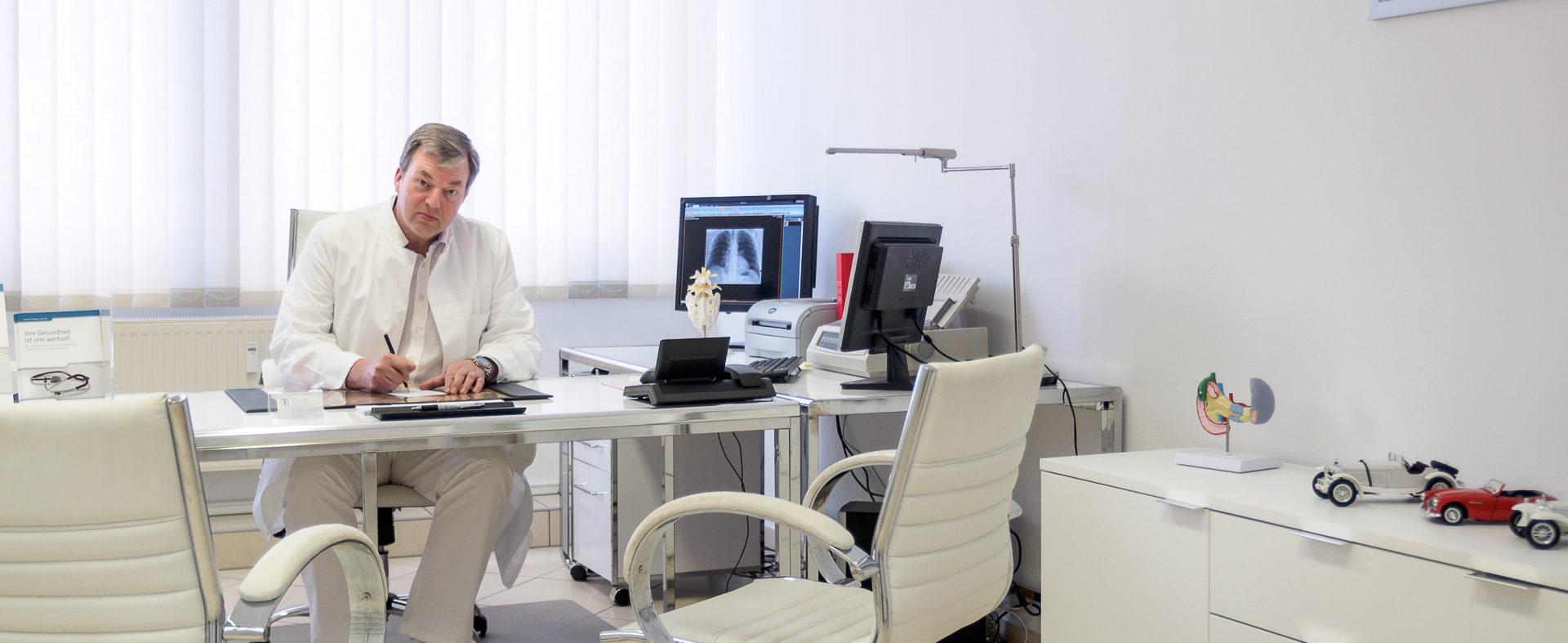 Dr-Guido-Feyder-im-Behandlungszimmer1